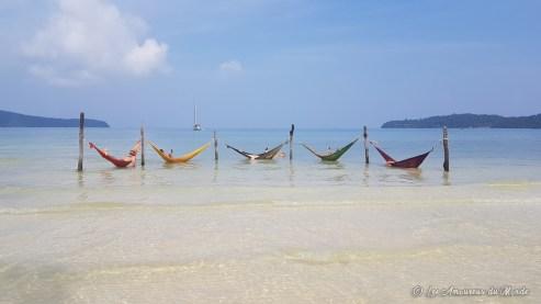 hamacs dans la mer sur l'île de Koh Rong Samloen au Cambodge