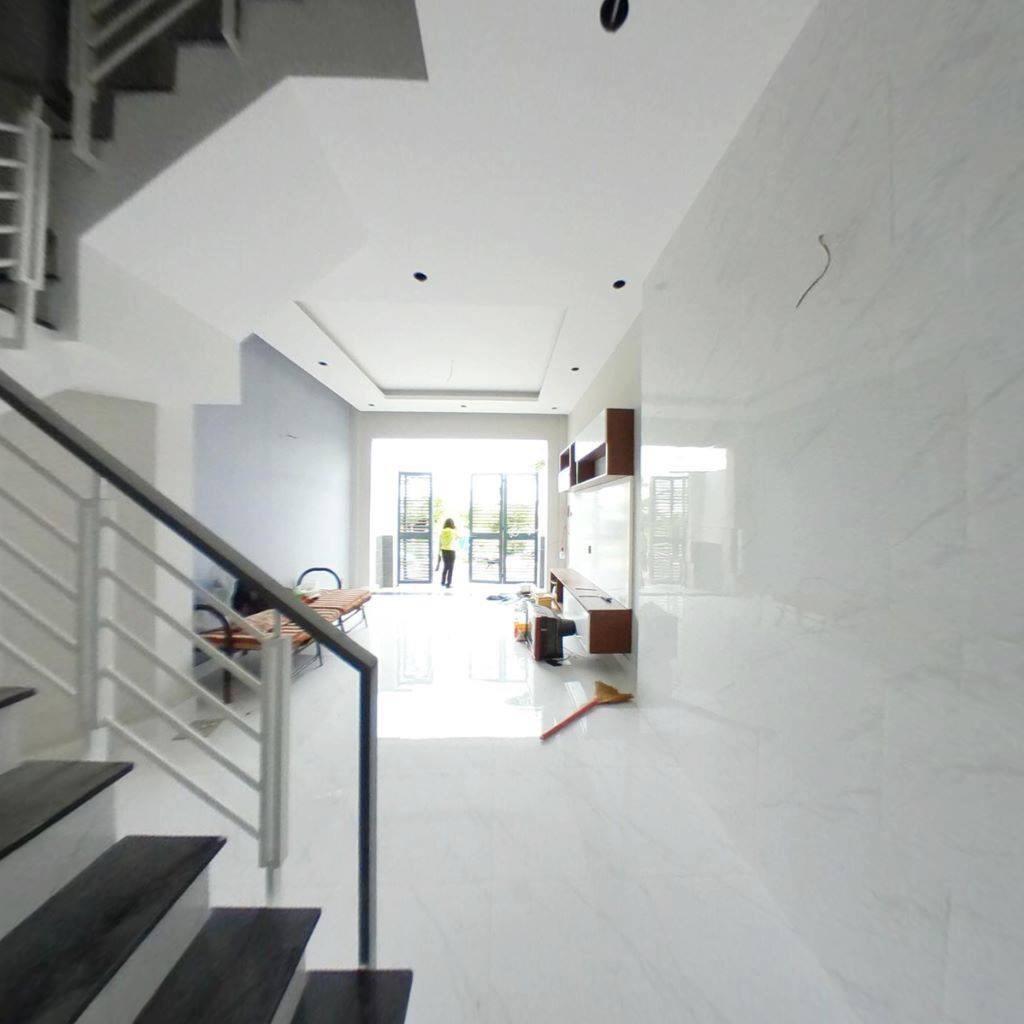 Phòng khách nhìn từ cầu thang ra cửa chính