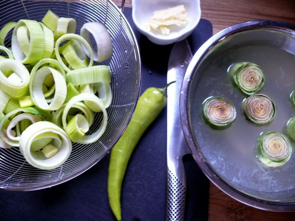 sliced leek and trimmed artichokes