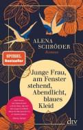 Alena Schröder: Junge Frau, am Fenster stehend, Abendlicht, blaues Kleid