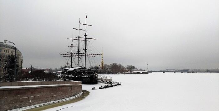saint petersbourg russie neva gelée