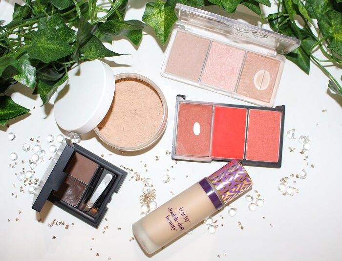 teint naturel pour un maquillage violet