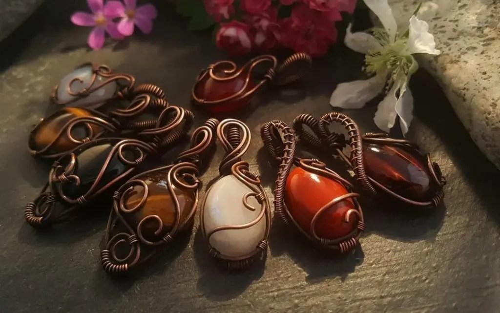 pendentifs artisanaux en pierres naturelles