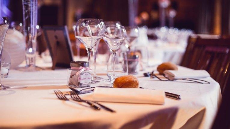 mariage-decoration-vase-tube-fleur-moderne-bougies-les-embellies-d-amelie-chateau-de-pizay-loovera-photographie09