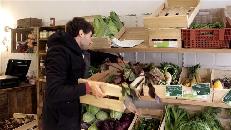 Dan Humphris en train d'achalander sa boutique