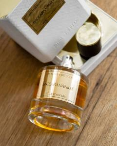 Le parfum oriental Baccara Vanille a coté de sa boite