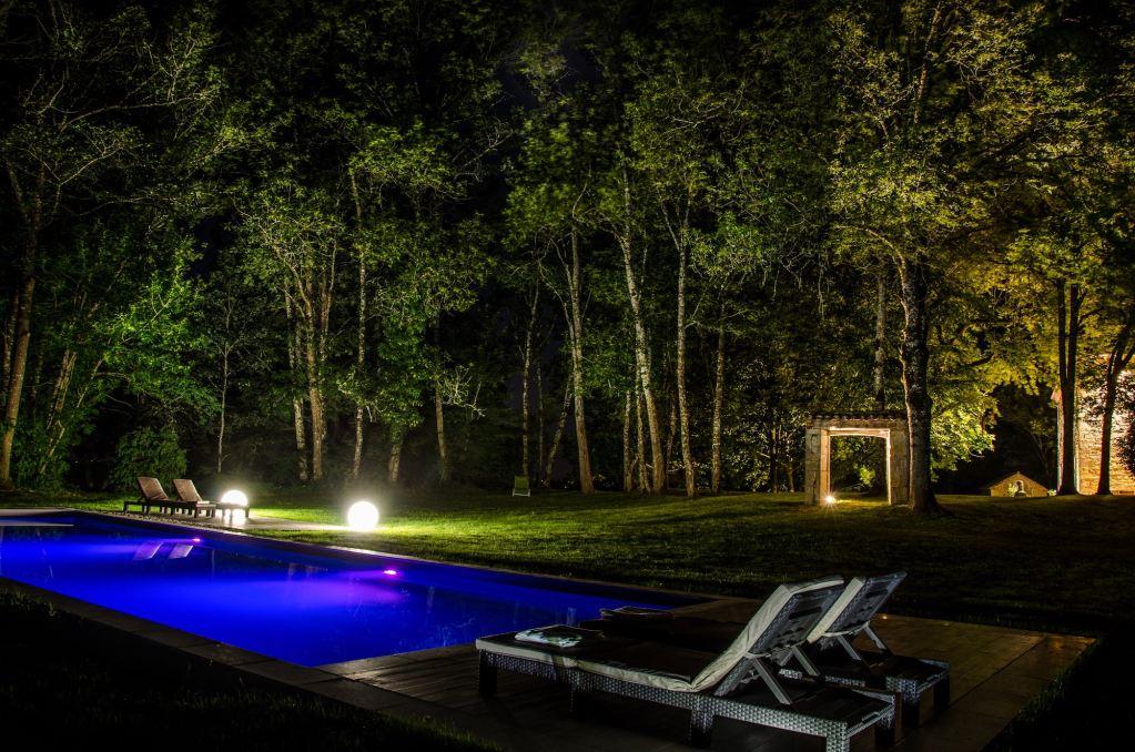 Photo de nuit de la piscine de la chambre d'hotes les hauts de saulies