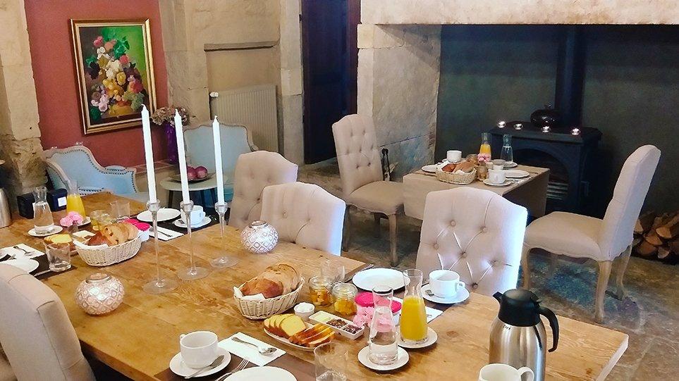 petit déjeuner sur tables séparées