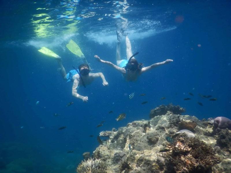 Les Heureux Voyageurs font du snorkeling à Karimunjawa, Indonésie