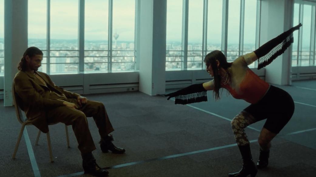 """A voir : Bonnie Banane est ensorcelante dans le clip de """"Cha-Cha-Cha"""""""