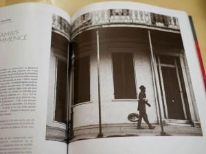 Album Reporters Sans Frontières 100 photos pour la liberté de la presse - JAZZ - musicien marchant dans la rue