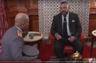 FAR: le général Louarak a remis un livre au roi