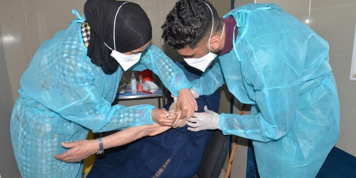 Protocole thérapeutique, marchés de médicaments…: le vrai du faux autour de la campagne de vaccination au Maroc