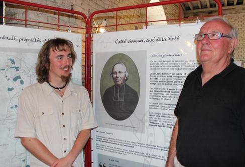 Le président Tristan Segret (à gauche) et le vice-président Daniel Simonneau, posent fièrement devant le panneau de l'abbé Bommer.
