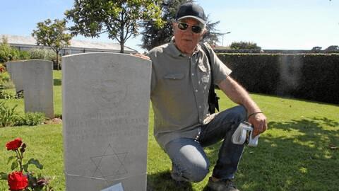 André Rohmer devant une tombe militaire