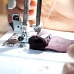 Comment régler sa machine à coudre pour qu'elle entraîne un tissu épais ?
