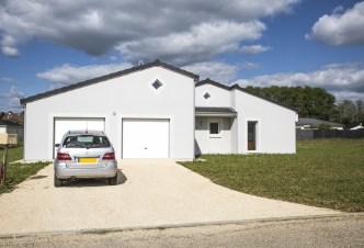 Façade d'une maison contemporaine de plain-pied avec double garage
