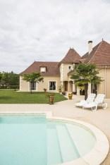 Maison périgourdine vue extérieure montrant la piscine et le jardin