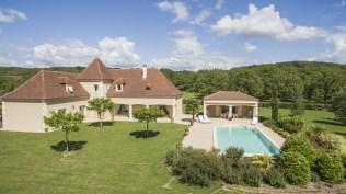 Maison périgourdine, vue d'extérieure avec sa piscine et ses lignes authentiques.