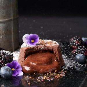 Read more about the article Fondant au chocolat et aux violettes cristallisées