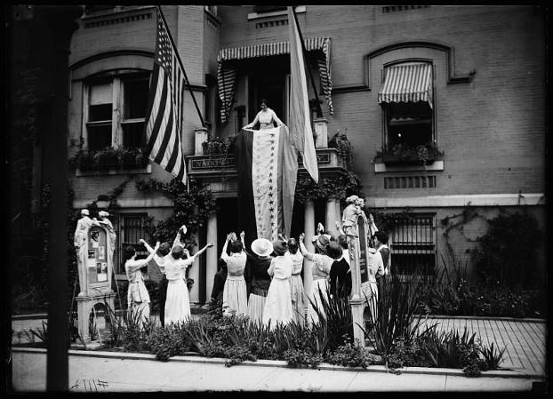 Alice Paul devant les bureaux du National Woman's Party à Washington, DC, le 18 aouût 1920, par Harris & Ewing. Credit : Library of Congress