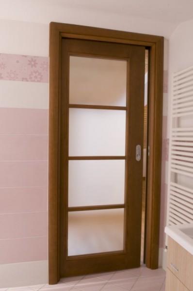 Porta scorrevole scrigno a vetro in ciliegio verniciata tinta noce con telaietto a tre traversi piano   Essenza Ciliegio  Leso Porte snc