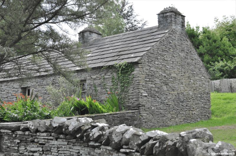 Irlande Bunratty Folk Park Maison et mur en pierre