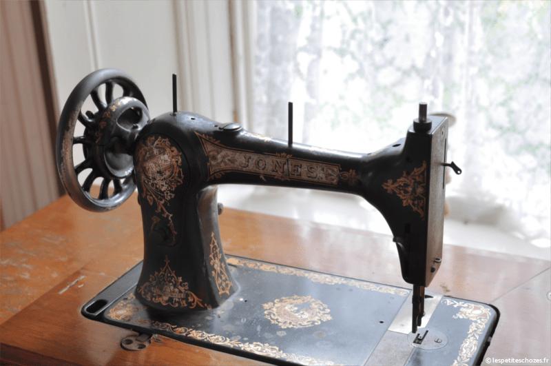 Irlande Bunratty Folk Park Ancienne machine à coudre Jones