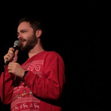 Louis Dubourg sur scène en plateau d'humour