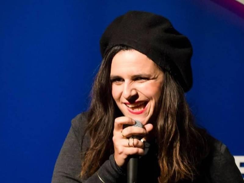 Laura Domenge sur scène au Barbès Comedy Club
