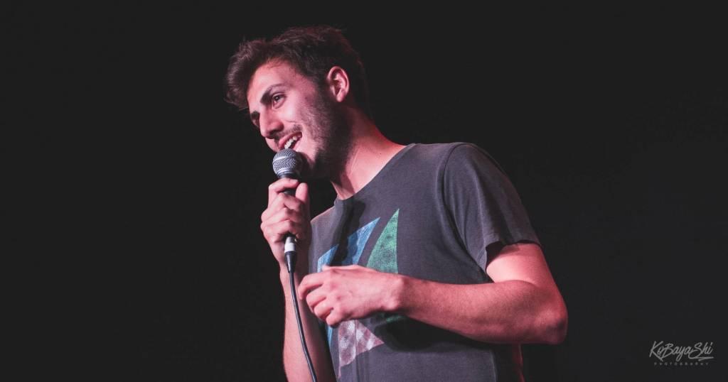Clément K ne croit en rien : portrait de l'humoriste sur scène