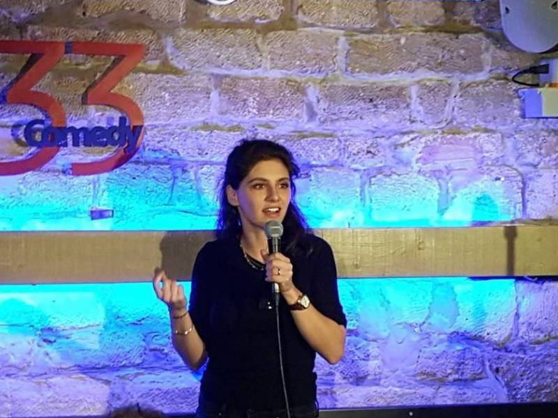 Marina Rollman sur scène au 33 Comedy