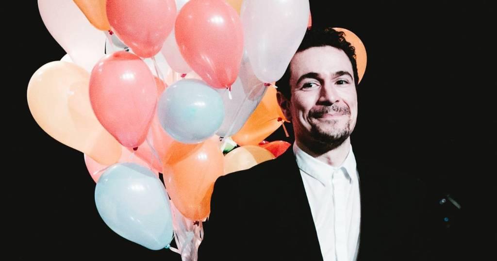 Yacine Belhousse joue son spectacle : photographie du comédien sur scène