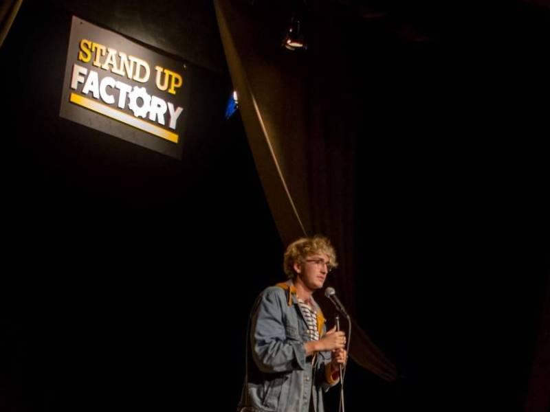 Stand-up à Nantes : Maxime Stockner sur scène au Stand-up Factory