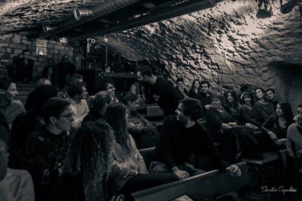 Le spot du rire : Juliette Follin au milieu du public de l'Underground Comedy Club