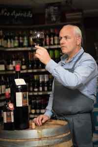 Monsieur Carlier dégustant un vin espagnol