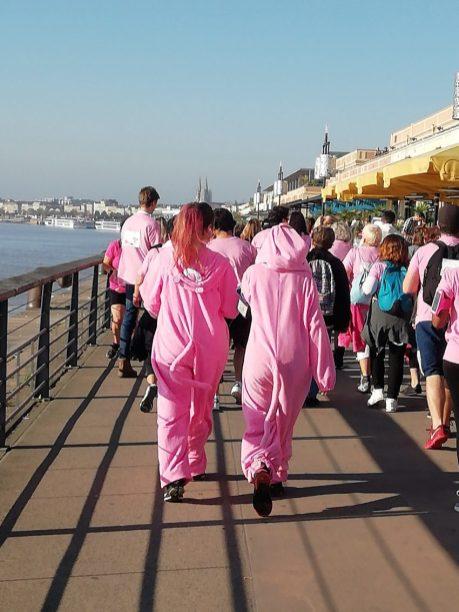 Ambiance de fête pour la bonne cause : hommes, femmes, enfants, en marchant, en courant, déguisé ou pas, tous ensemble pour une expérience en plein centre ville.