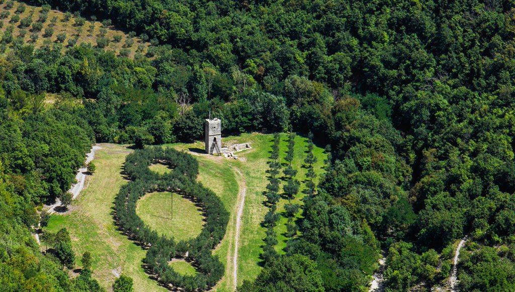 """""""Il terzo paradiso"""" di Michelangelo Pistoletto: un'opera di land art nel Bosco di San Francesco"""