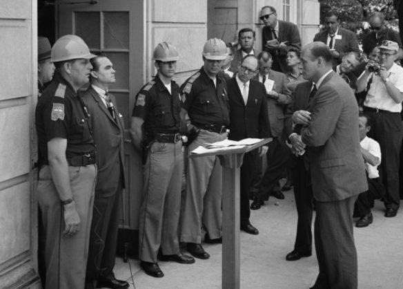 Il governatore dell'Alabama, George Wallace, sta sulla soglia del Foster Auditorium dell'Università dell'Alabama, nel tentativo di impedire l'entrata di due studenti di colore.