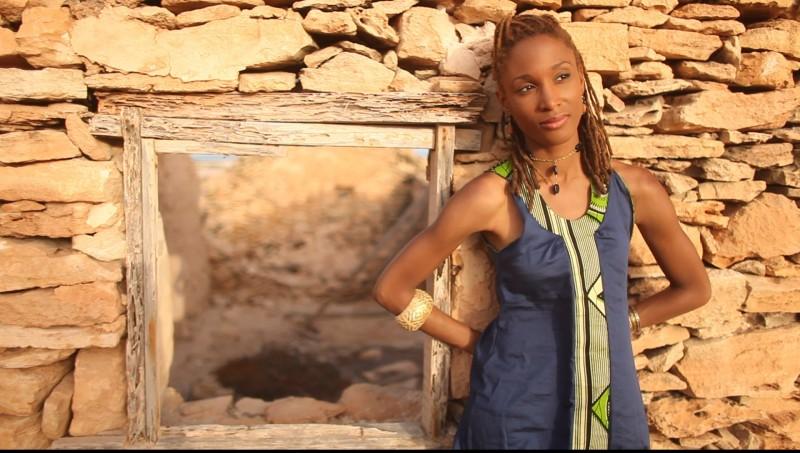 Erika devant un mur