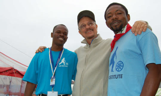 Arnold Antonin entouré de Donald Charles (à gauche) et de Jean-Bernard Bayard, deux jeunes cinéastes de l'Institut de cinéma de Jacmel, invités à Douarnenez pour présenter une série de courts métrages. Photo D.D.