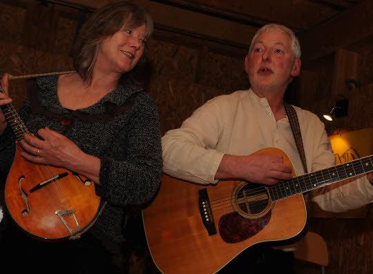 Hôtes de la soirée, les artisans d'art potiers et céramistes, Justine et Richard Dewar, ont fait découvrir d'autres talents, ceux de musiciens et chanteurs.