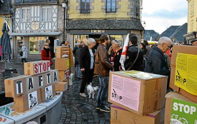 Des dizaines de militants et de simples citoyens sont venus place Terre-au-Duc...
