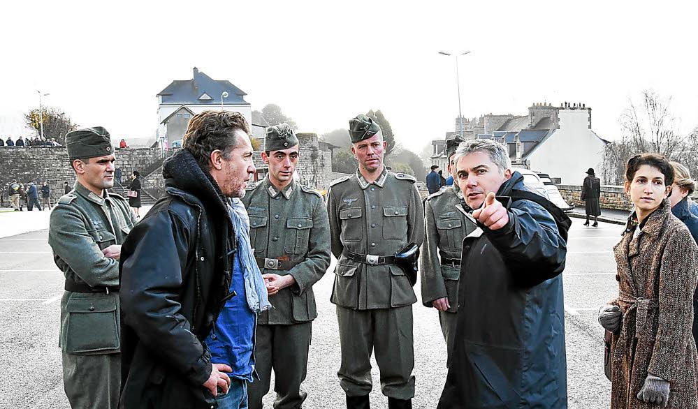 11 h, hier. Le réalisateur Nicolas Guillou briefe les comédiens à pied d'oeuvre avant le début du tournage, sur la place du Petit Vally.