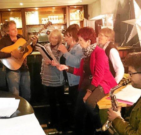 """<span class=""""Htexte_gras"""">1. </span>Les choristes avec Georges à la guitare et..."""