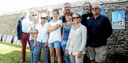 Les organisateurs se sont retrouvés, mercredi, à Lanvaon, devant l'exposition des phares du monde.