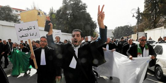 Algerian lawyers are mobilizing, too, against a new candidacy of their President very diminished.