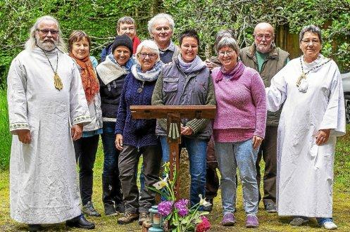 Le druide Den Ar C'Hoat (à gauche) a célébré Beltaine avec la clairière Bugale lou à Landiduy, à Mahalon, dimanche.