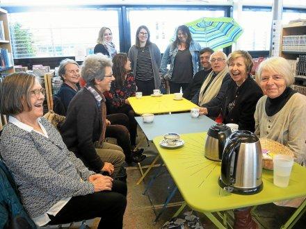 Christine Pouquet (deuxième à droite) a longuement remercié les membres de l'association IPPA (Îles et Phares du Pays des Abers) pour leur accueil.