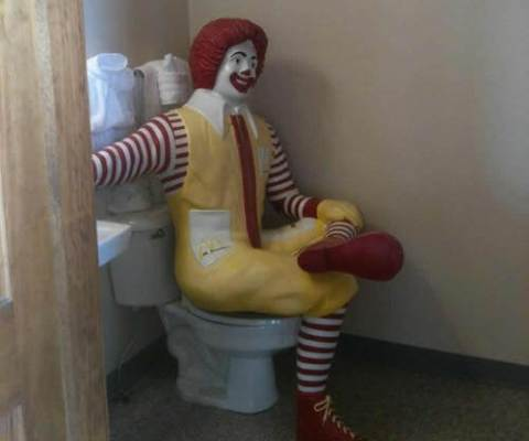 Se laver en voyage road trip toilette du mcdonald's